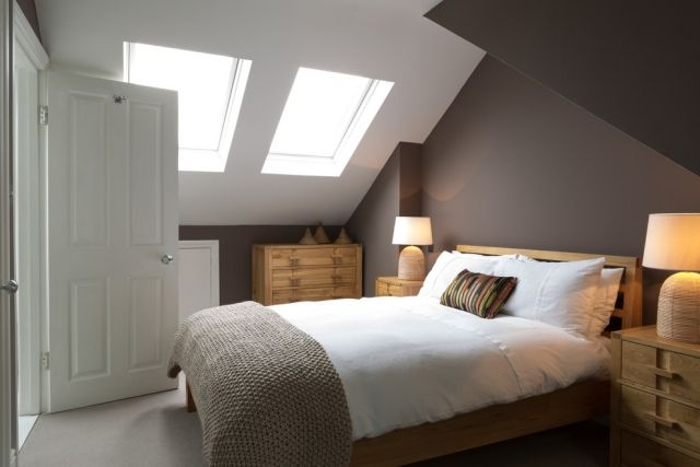 Entzuckend Dachschräge Mit Fenstern Schlafzimmer Wandgestaltung Dunkler Anstrich