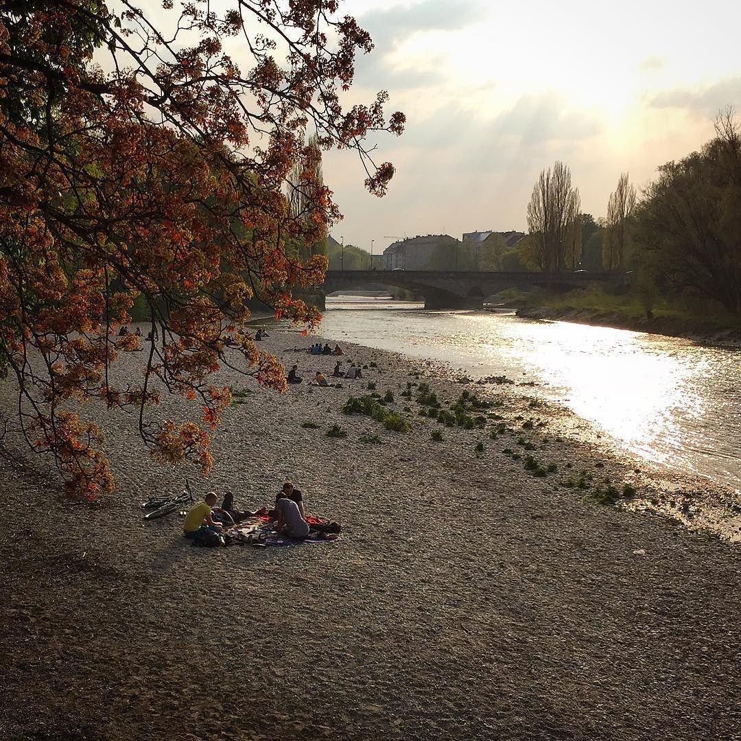 Frühling an der Isar #isar #muenchenfliesst #simplymunich #welovemunich ##muenchenimfluss #feierabend #tgif #sonne #isarstrand #reichenbachbrücke #münchen #munich