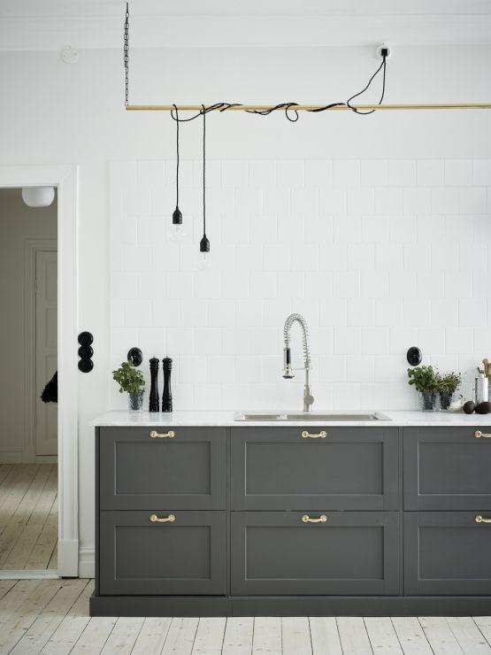 Elegante cocina de madera gris y encimera de mármol Madera gris