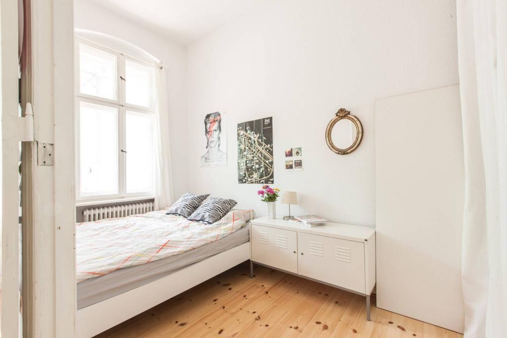 Helles Schlafzimmer mit weißer Einrichtung. Schlafzimmer