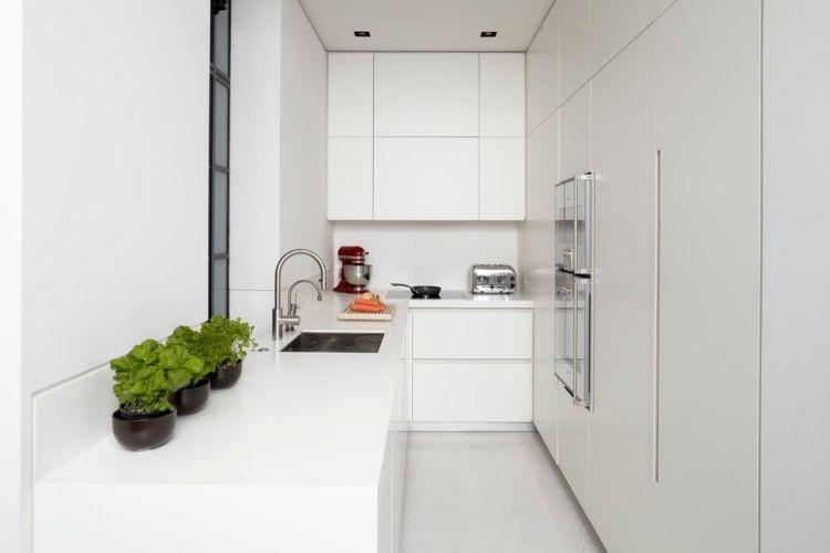 petite cuisine blanche avec plan travail Corian et armoires blanches mates