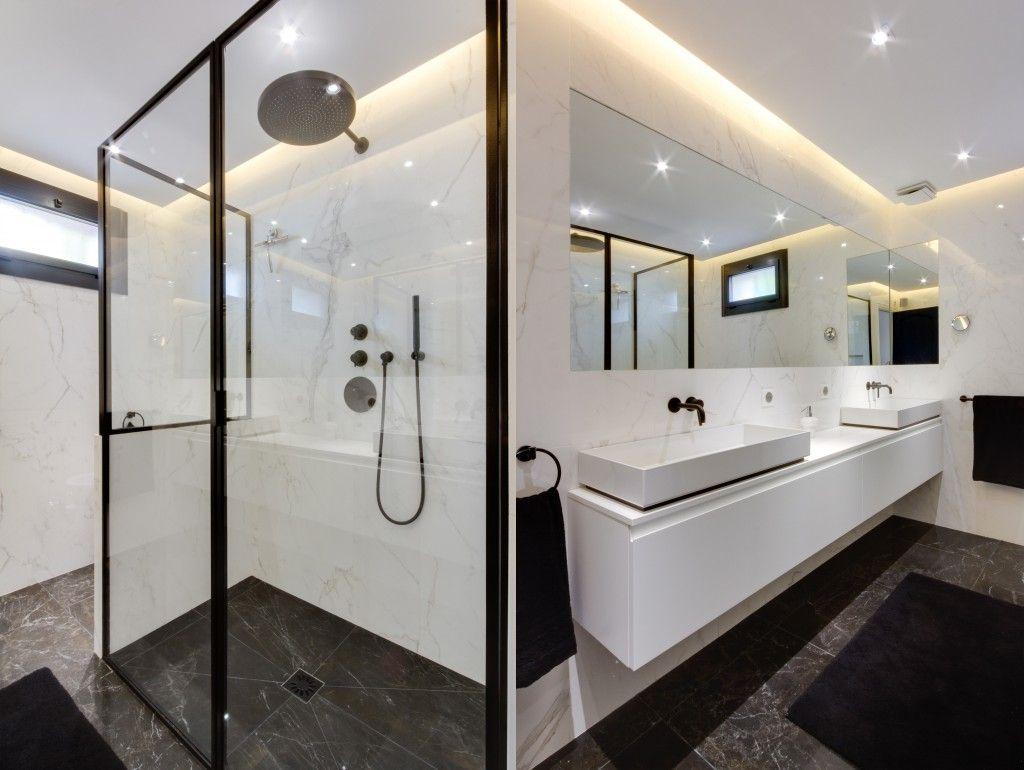 Salle de bain - Douche - Vasque - Robinet noir - Calacata- Villa ...
