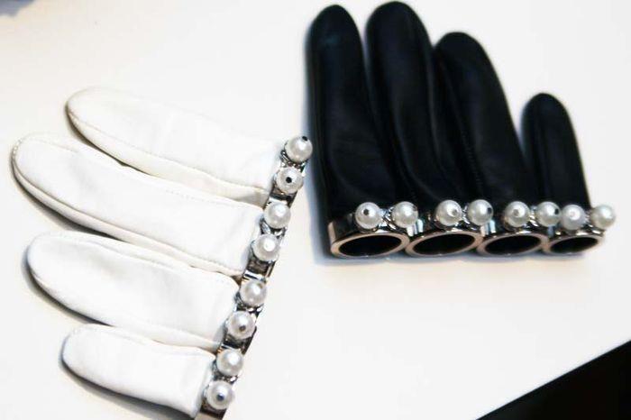 #guantes #cortos #dedos #manopla #perlas #cuero #negro #blanco #McQueen
