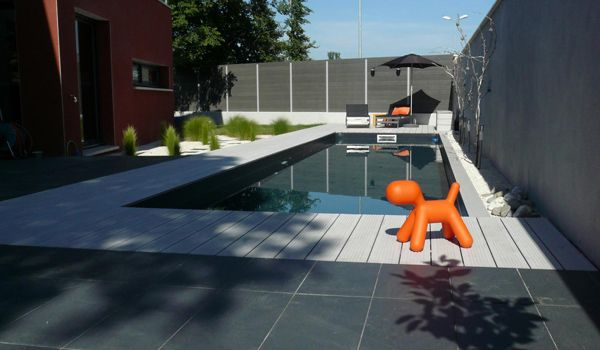 au bord de la piscine une terrasse so design design. Black Bedroom Furniture Sets. Home Design Ideas