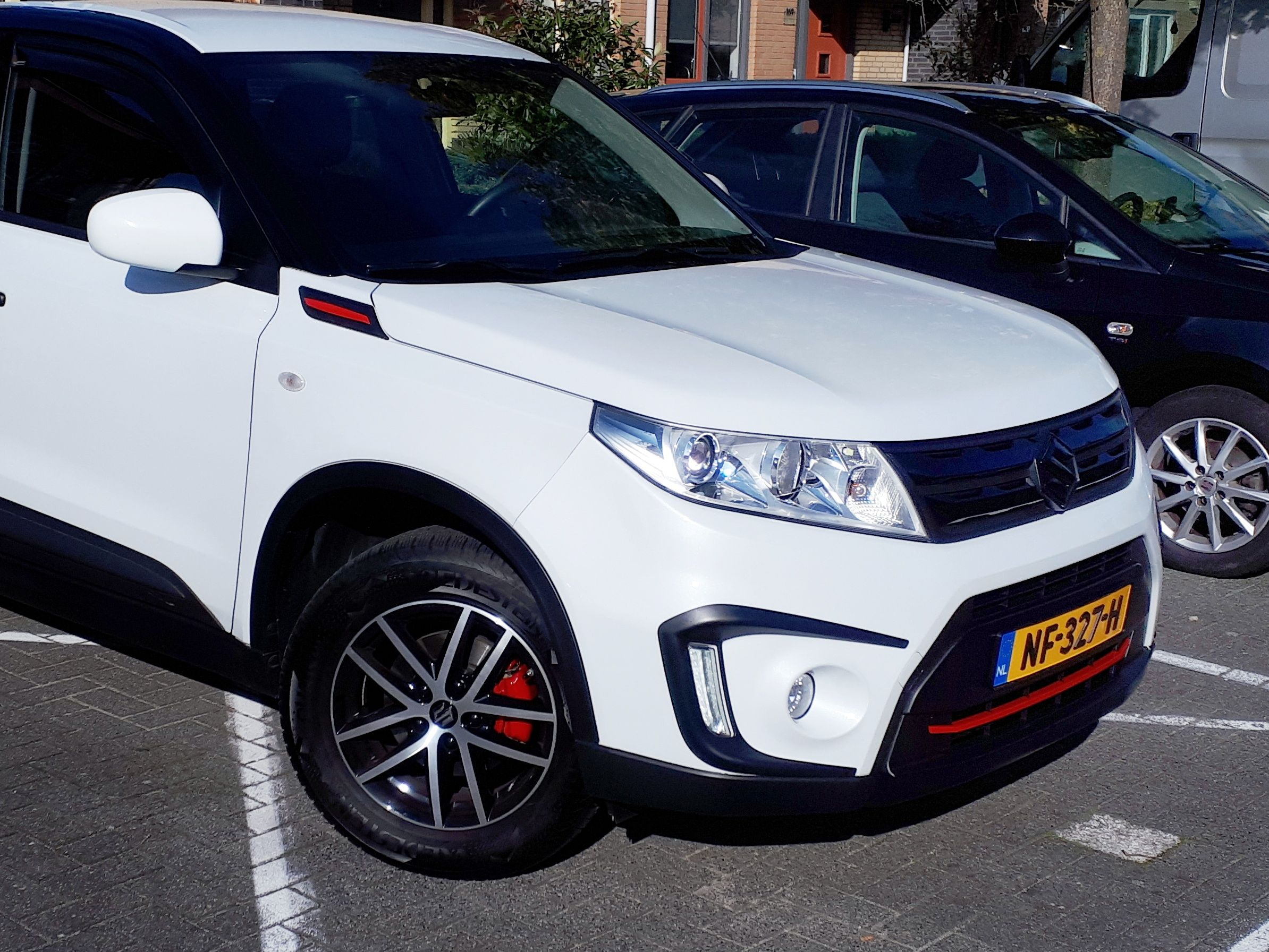 Suzuki Vitara Black White Edition Red Wing Trim