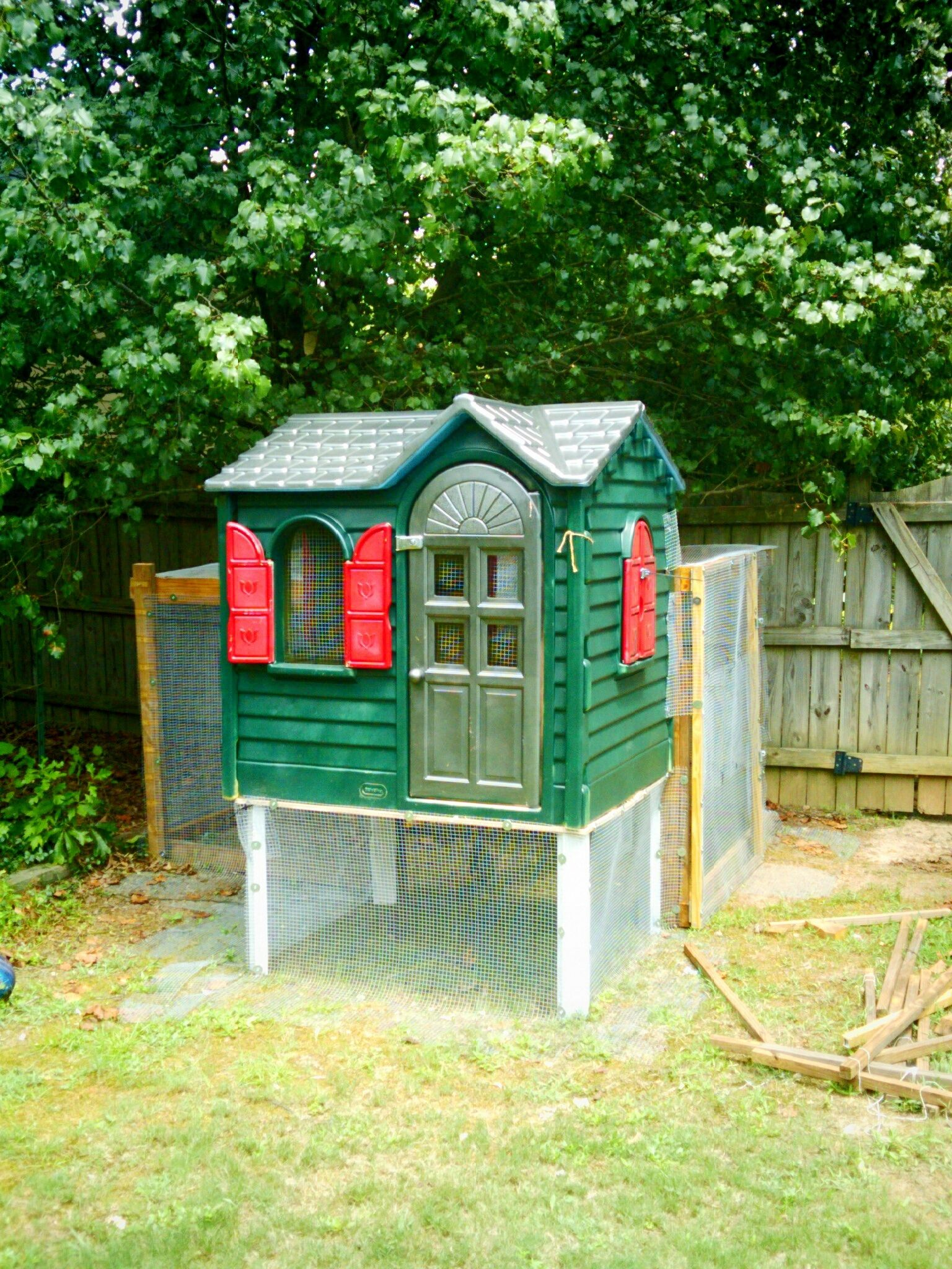 6 Ways Clever Parents Have Transformed This Classic Little Tikes Playhouse Chicken Diy Little Tikes Playhouse Chickens Backyard
