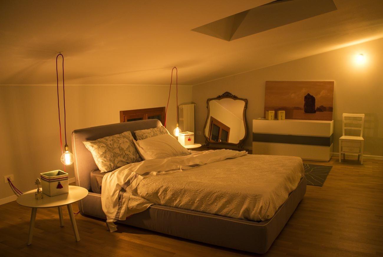 Camera da letto sottotetto mansarda 1300px ristrutturare for Camere da letto basso costo