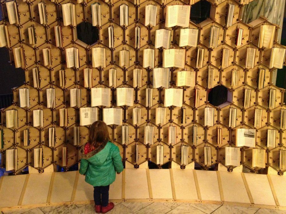Colmena de libros. Instalación conmemorativa del aniversario 400 de la Biblioteca de Bristol.