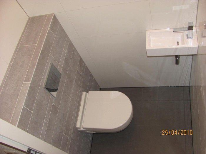 Toilet grijze strips met donkere vloer en witte muren toilets