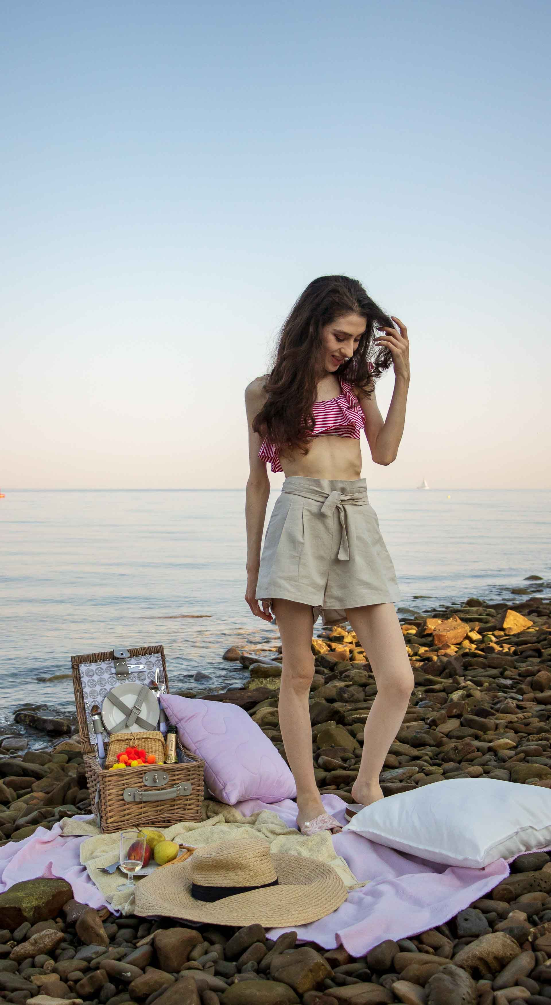 This Is What To Wear For A Beach Picnic Brunette From Wall Street Picnic Fashion Summer City Fashion Fashion