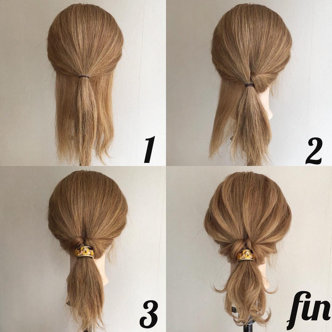 短めミディアムでできる 簡単ローポニーアレンジプロセス 耳上を縛ります 右バックをねじって真ん中に通して縛ります 左バックもねじって真ん中に通して まとめて飾り付きのゴムで縛ります 引き出して 毛先を巻いたら完成で ポニーテール