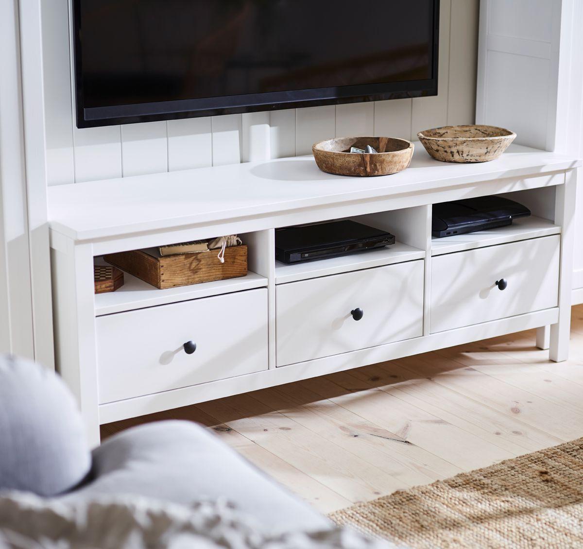les grands tiroirs du banc tv traditionnel hemnes en bois massif teint blanc sont parfaits. Black Bedroom Furniture Sets. Home Design Ideas