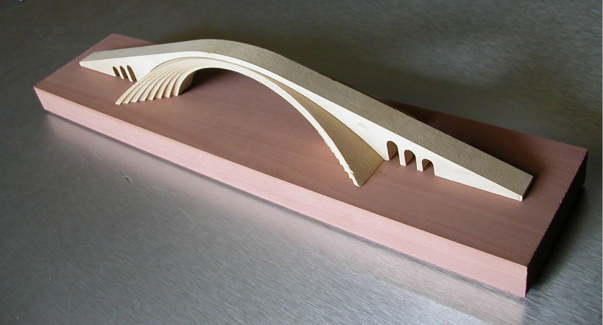 Ponte sul Corno d'Oro. Progetto di Leonardo da Vinci. Ricostruzione in scala di un modello di un ponte in muratura tratto dai disegni di Leonardo da Vinci realizzato in legno massello jeloutong.