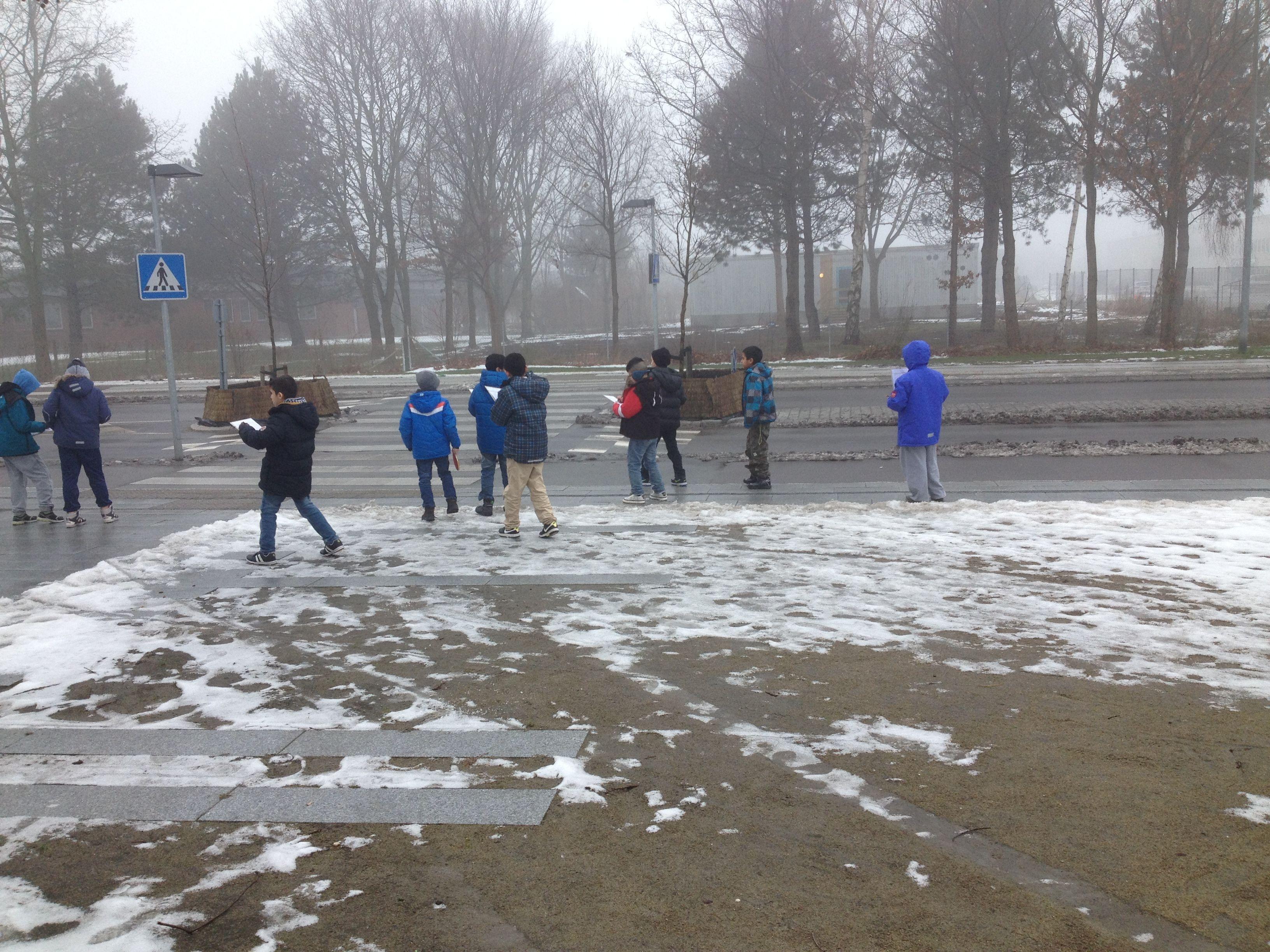 Traffiktælling på Taastrupgaardsvej i koldt vejr. Eleverne er igang med at lave en undersøgelse af traffikbelastningen i deres område.