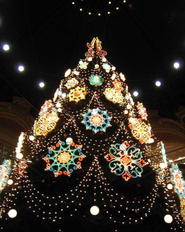 In italia, ormai da anni, ci aspettiamo luminarie natalizie bellissime e che possiamo sicuramente considerare tra le più belle del mondo. Luminarie Style Model Colours Suggestion Paulicellilightdesign Paulicelliwedding Paulicellievents Lightdesign Lumen