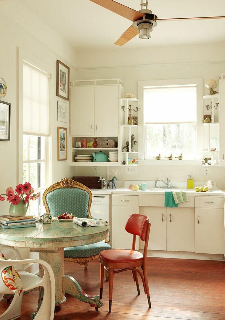 cucina con mobili bianchi e zona pranzo in stile shabby chic con ...