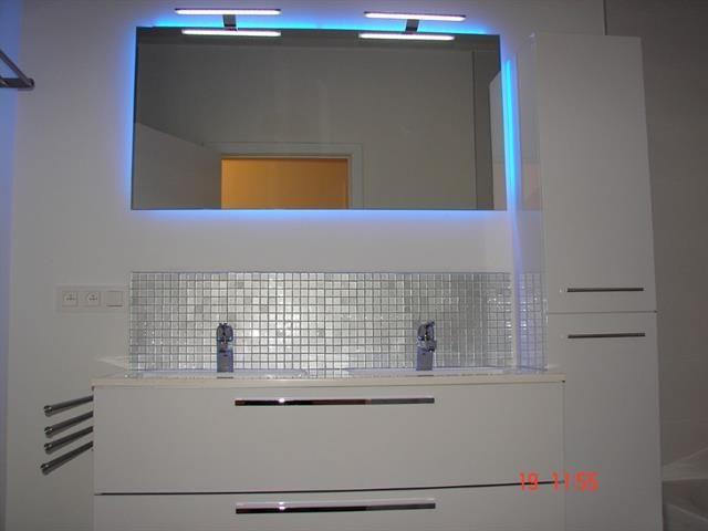 Led strips in badkamer rond spiegel installatie door