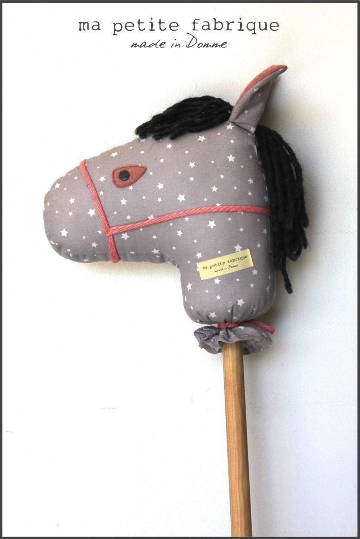 cheval baton poney tissu bois jouet peluche gris rose toiles d guisements de r ve. Black Bedroom Furniture Sets. Home Design Ideas