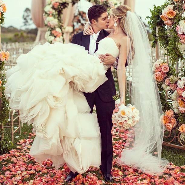 Church Bells Ringing On Our Wedding Day: Ožete Odabrati Višelojni Veo Ili Model Sa čipkom Na