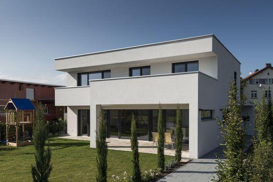Einfamilienhaus flachdach berdachte terrasse massivbau fensterfronten modern design - Gartenhauser flachdach modern ...