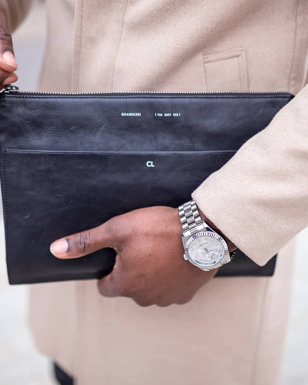 The leather folio lets you hold your everyday items in one hand.  Photo by @lekkybestofficial Featured product: #Grams28 106 #Leather #Folio  #Grams28 #leatherfolio #leather #macbook #apple #laptop #laptopcases #macbookcases #laptopsleeves #macbooksleeves #macbookcase #macbookpro #macbook12 #macbook13 #macbook15 #leathercraft #leatherart #leathergoods #mensfashionhub #mensblog #menstylepage #menstreetwear #gentwithstreetstyle #mensfashiontips #menswearfashion #mensfashionblog