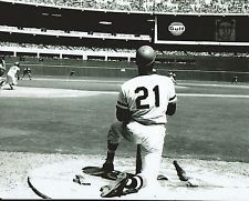ROBERTO CLEMENTE #21 PITTSBURGH PIRATES CLASSIC ON DECK CIRCLE WAITING TO BAT