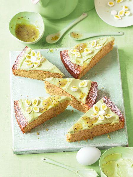 Grün, grün, grün ist dieser frühlingshafte Kuchen mit Avcoado in Teig und Creme. Das Kiwi-Topping macht's schön fruchtig.