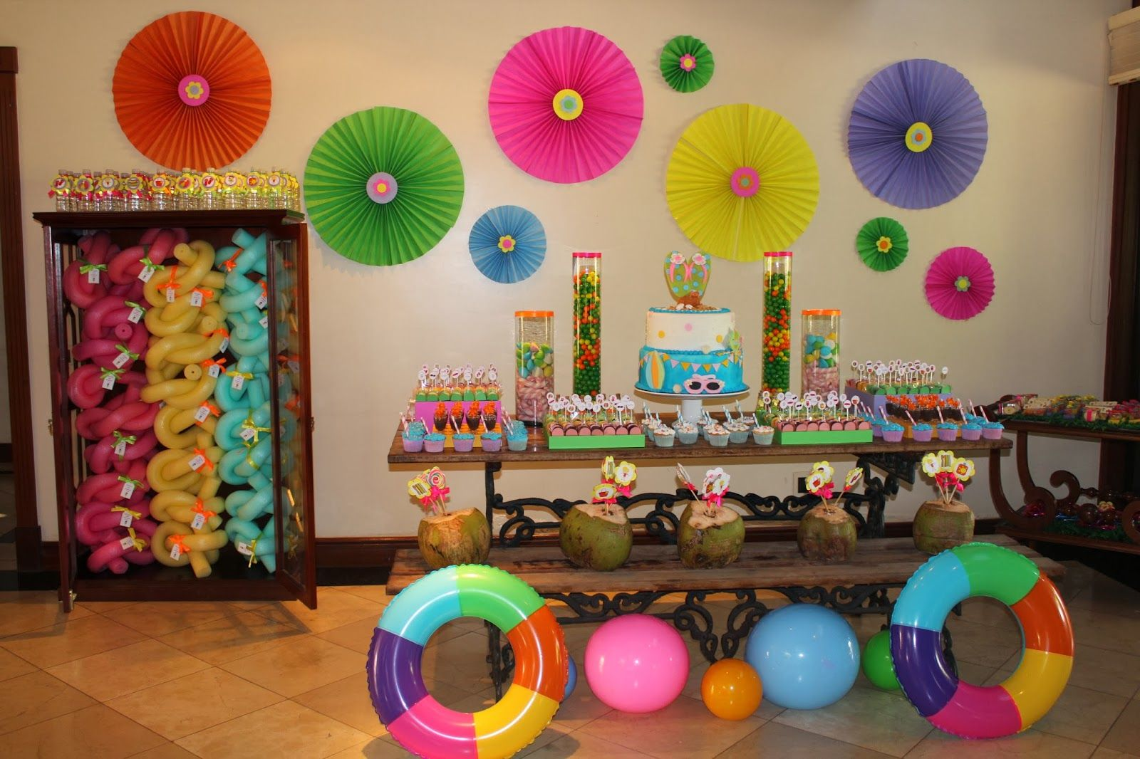 Pool party decora o pesquisa google lillian 39 s - Ideas para cumpleanos en piscina ...