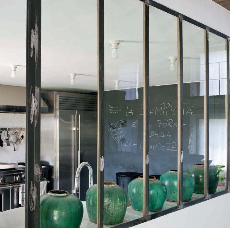 Cuisine avec mur tableau et la séparation avec vitres
