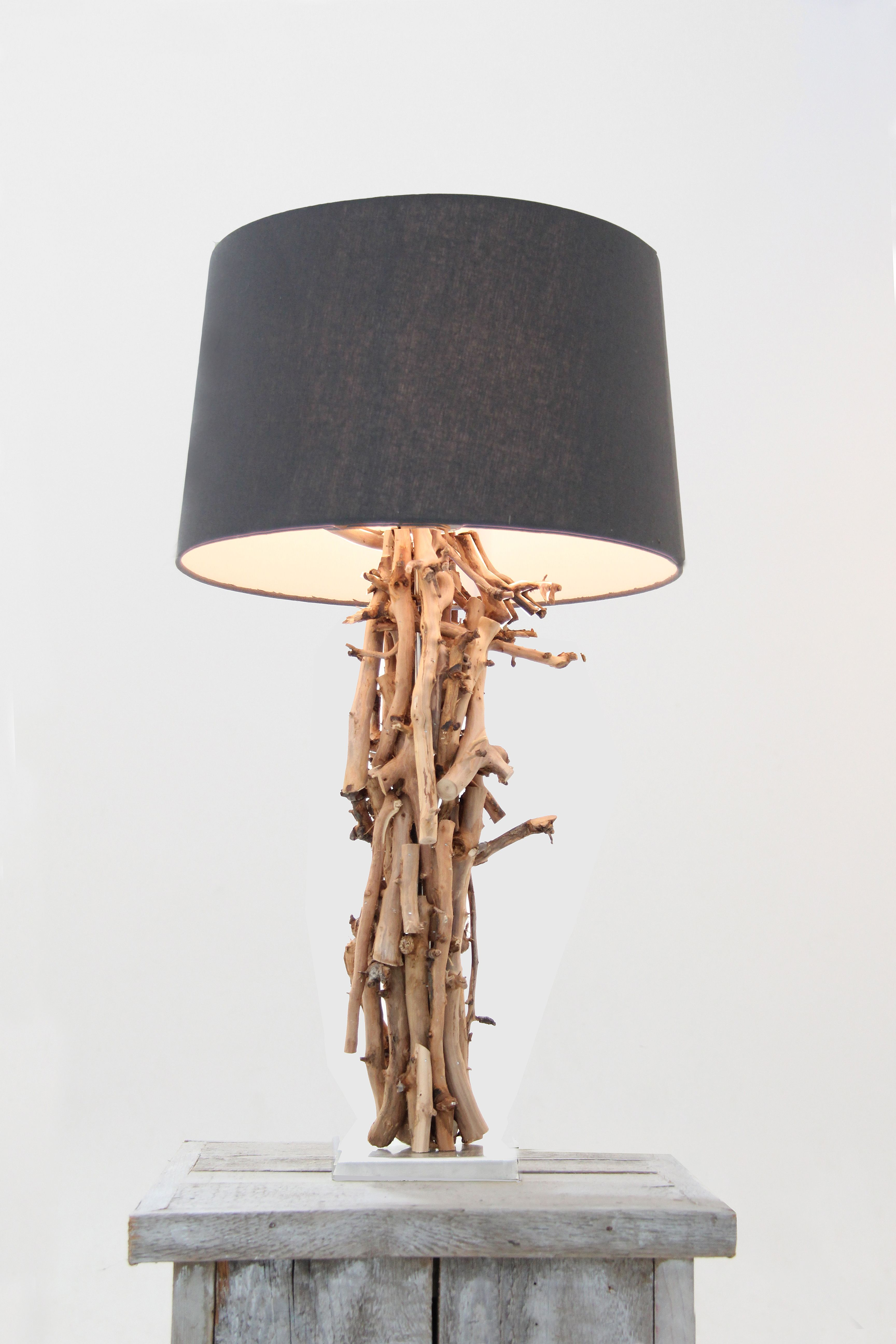 Sfeervolle staande lamp gemaakt met brocante natuurlijke decoratie takken www decoratietakken nl