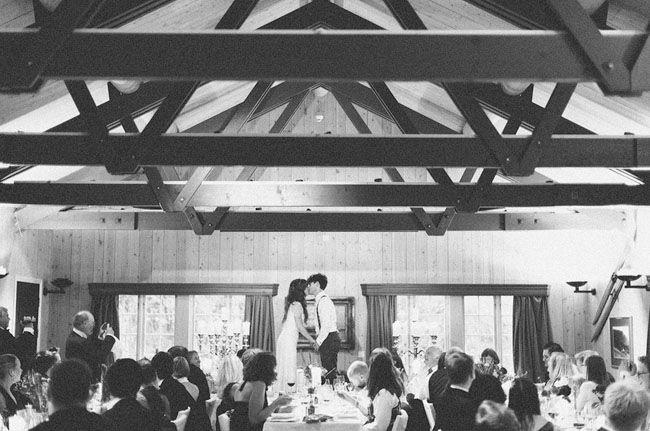 Bryllupstradisjon 13: Når gjestene skrangler i glassene med bestikket, må brudeparet opp og stå på stolene sine, og kysse foran alle.