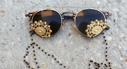 359f75420e There are 3 tips to buy these sunglasses  gold details sun brown round  glasses all black and gold wishlist jewels galsses jewels accessories  hippie glasses ...