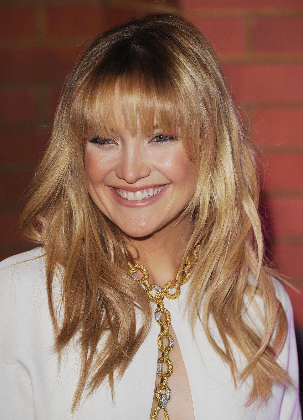 kate hudson fringe wavy blonde hair gold necklace white top