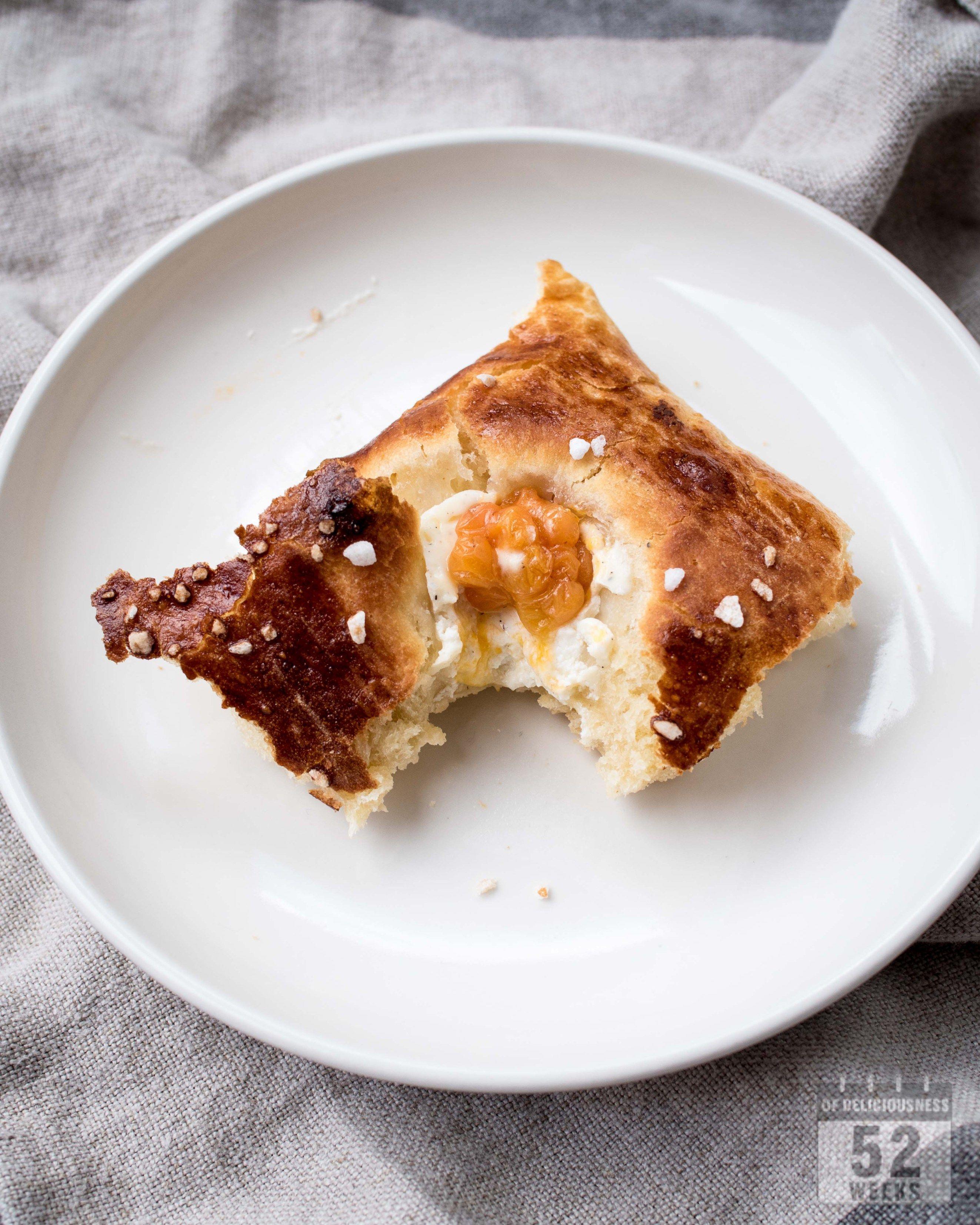 Mahtava ja muhkea peltipulla hilloilla ja vaniljarahkalla on kahvipöydän kuningas. Helppo herkku isommallekin porukalle ja tyydyttää taatusti pullanhimon.
