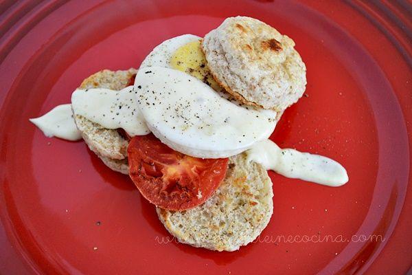 Bisquets con huevo pochado