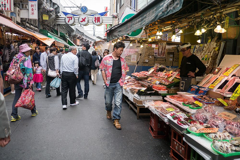 Ueno Ueno is centred around a market underneath the railway tracks. Stalls selling vegetables and street food are crammed in next to souvenirs and clothes shops. There are also buzzing restaurants in the alleyways next to the market and nearby is one of Tokyo's main parks.