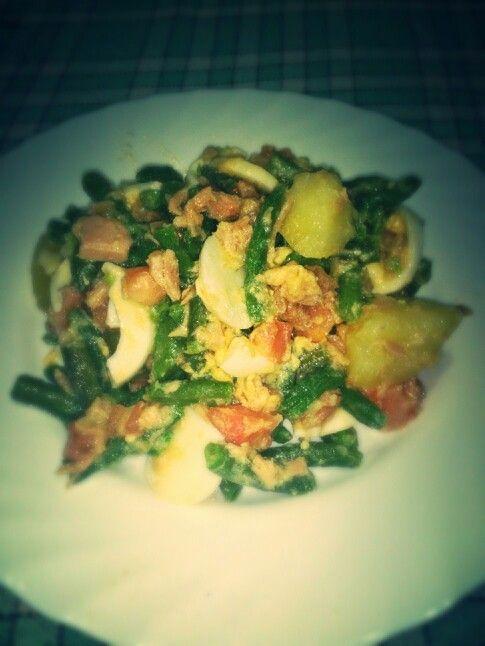Ensaladilla de habichuelas verdes,patatas cocina atun y huevo duro cn una vinagreta de uva