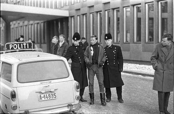 Vietnam-demonstrasjon 1965 Ti av ungdommene ble fraktet til Møllergata 19.