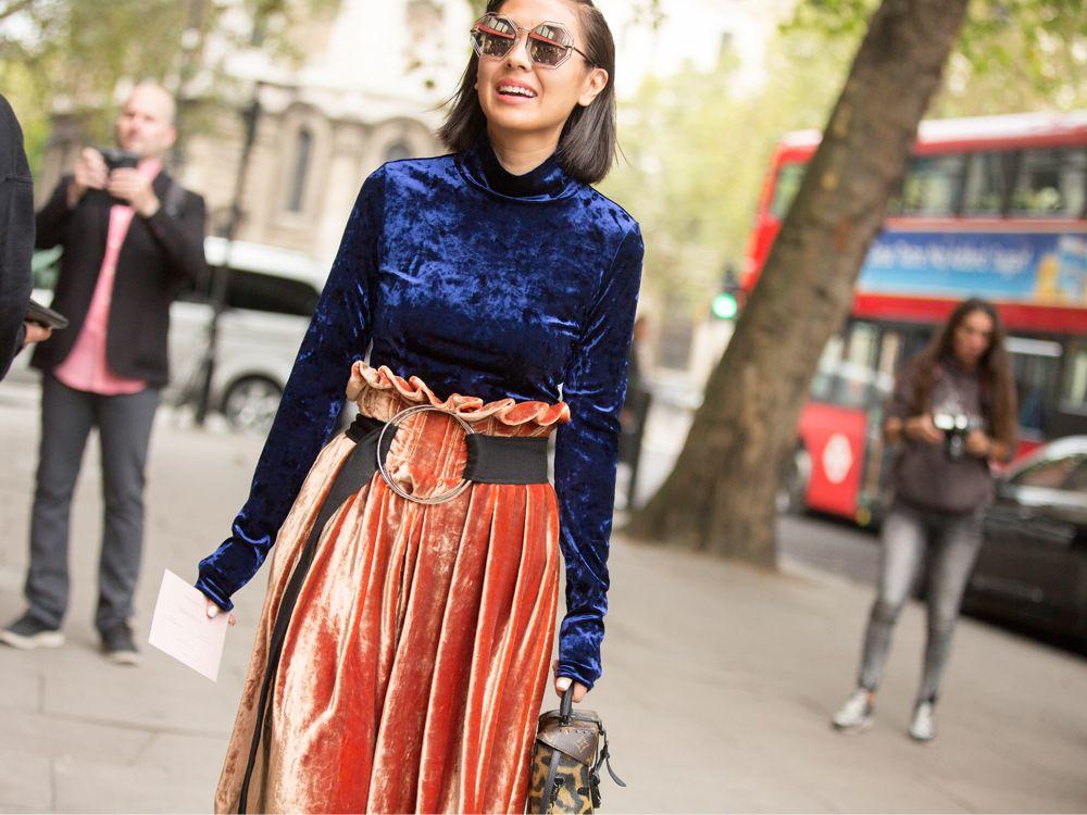 e74ce8c04 Veludo, blusa de veludo azul marinho com manga longa e gola alta, saia de  veludo laranja clochard, cinto largo com argola, óculos espelhados, ...