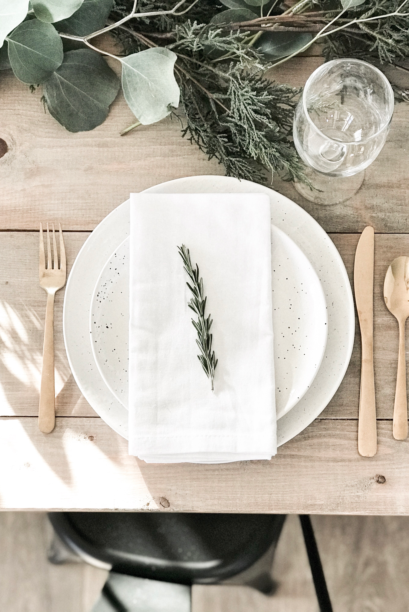 Holiday entertaining. Neutral farmhouse Christmas. Holiday table setting. Modern farmhouse Christmas. Minimal Christmas. Modern minimal decor. Farmhouse table.