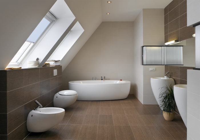 Badezimmer Fenster ~ Mansardenwohnung badewanne in weiß toilette waschbecken bad in