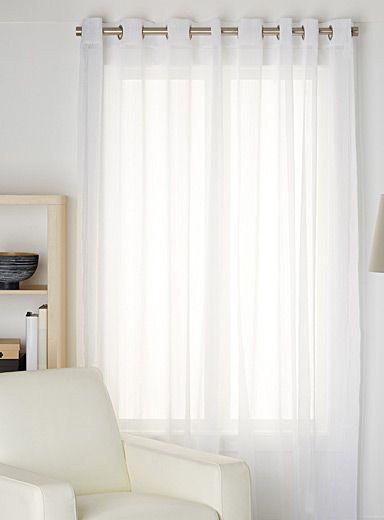habillez les fen tres avec un l ger voilage qui laisse d licatement passer la lumi re surpiqu. Black Bedroom Furniture Sets. Home Design Ideas
