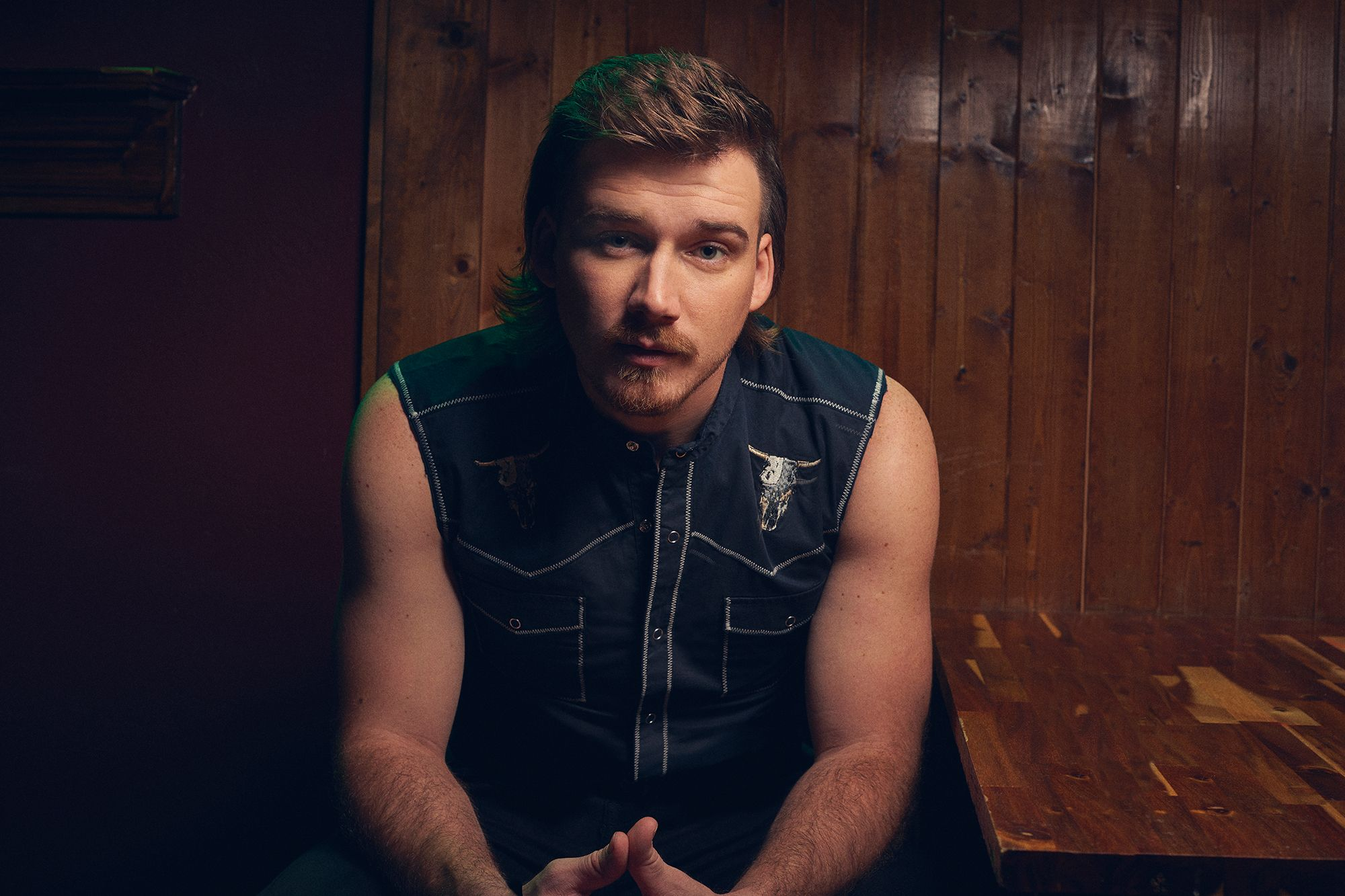 See Morgan Wallen S Rousing Live Whiskey Glasses Video Country Music Singers Singer Country Music