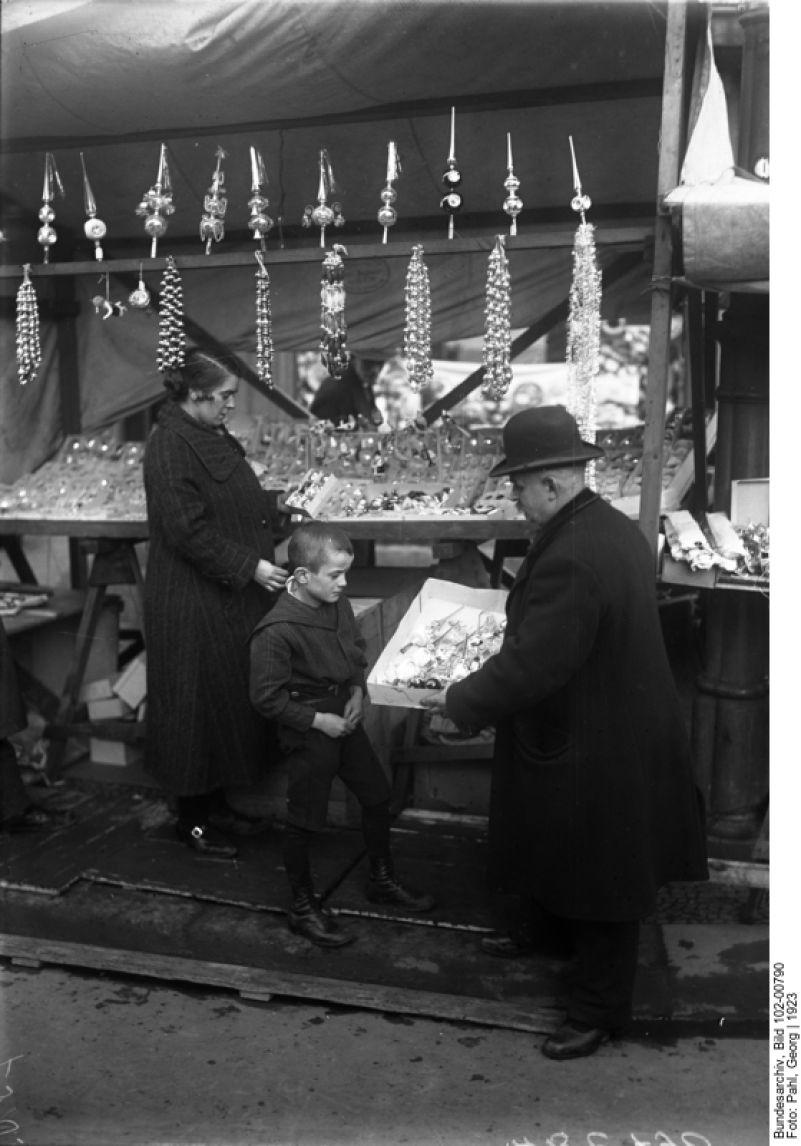 1923 Berlin - Weihnachtsmarkt. Händler zeigen ihren Christbaumschmuck und hoffen auf regen Kauf der Besucher. ☺