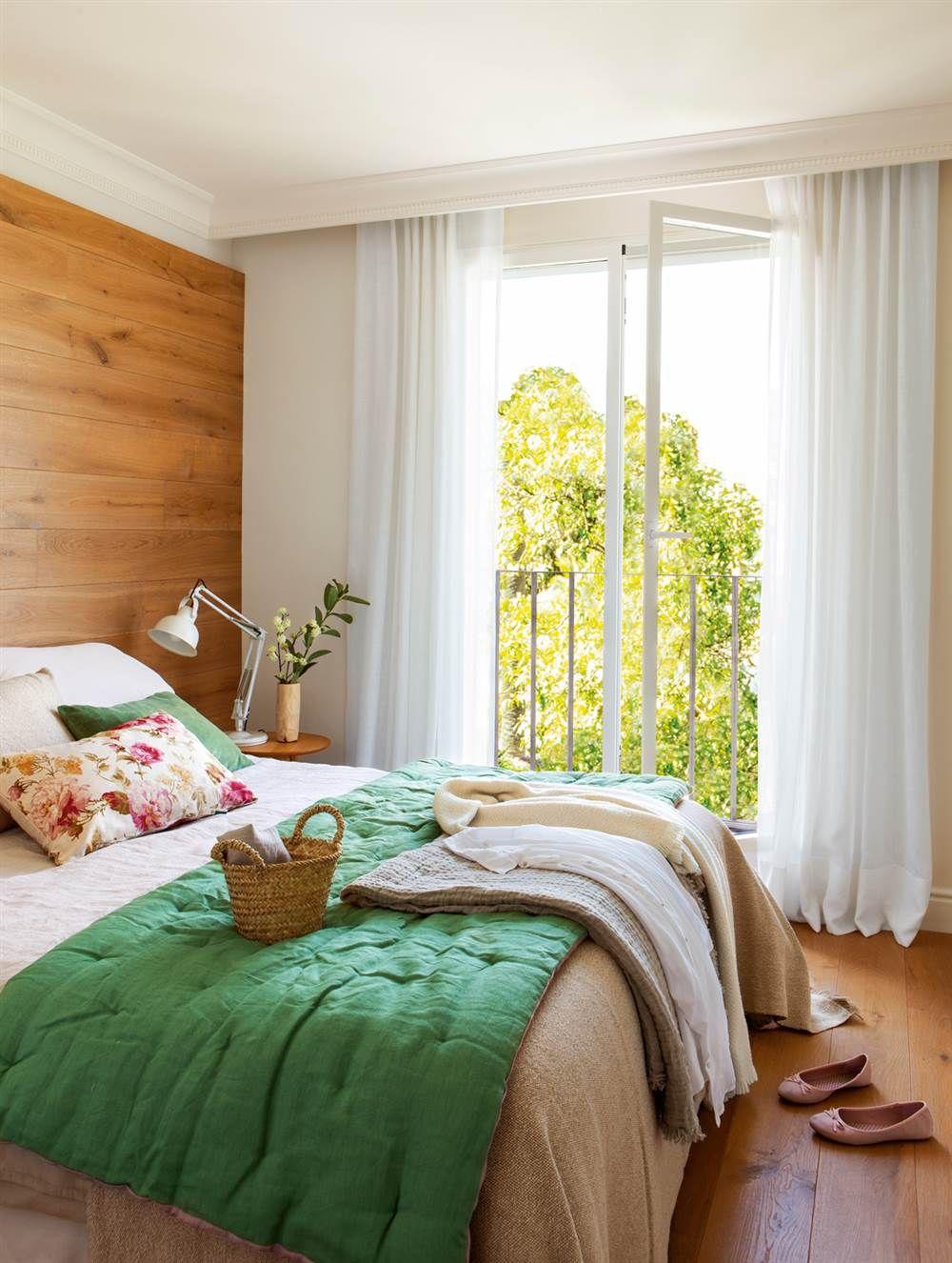 Dormitorio con parquet, cabecero de lino y mesita de madera, y ...