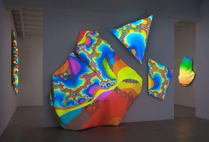 Projection Mapping erweckt abstrakte Teppichskulpturen zu psychedelischem Leben | The Creators Project