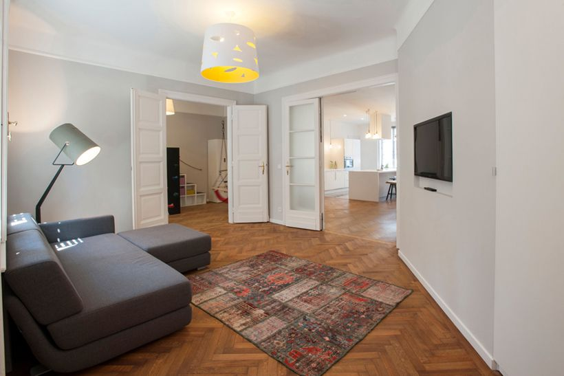 Helles Wohnzimmer Mit Doppelflügeltüren Schlichtem Sofa Und Fischgrätparkett