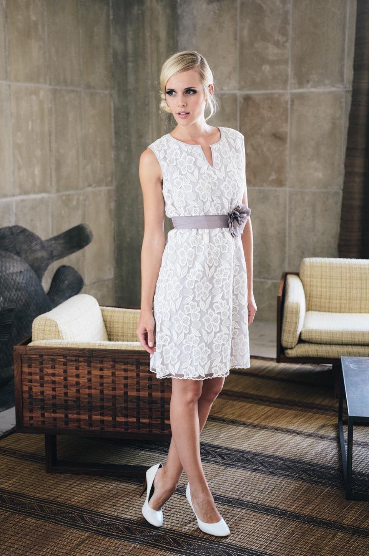 Anna in Taupe, modernes Brautkleid kurz mit Blumenmuster | Foto: Kü ...