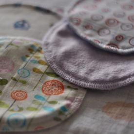 Nova verzija platnenih jastučića za dojenje. Zamišljeni da se koriste iznova i iznova. Porubljeni iberdekom kako bi bili što mekši i bez dup...