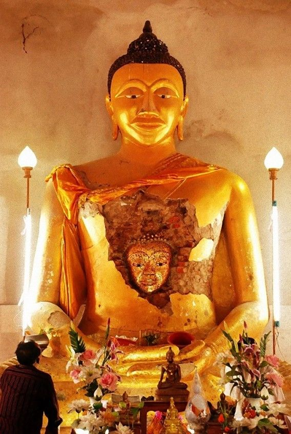 う、うまれた??剥落した仏像の腹の中から仏像が出現(タイ) : カラパイア